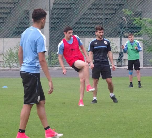Federico Valverde siempre apuesta por sacar el balón bien jugado. Foto: @Uruguay