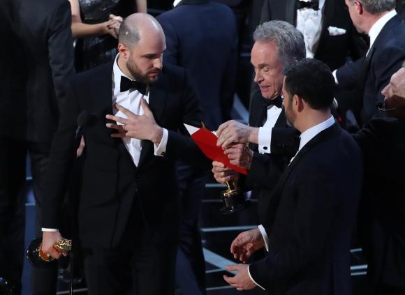 El momento de la confusión al anunciar el Oscar a Mejor Película.