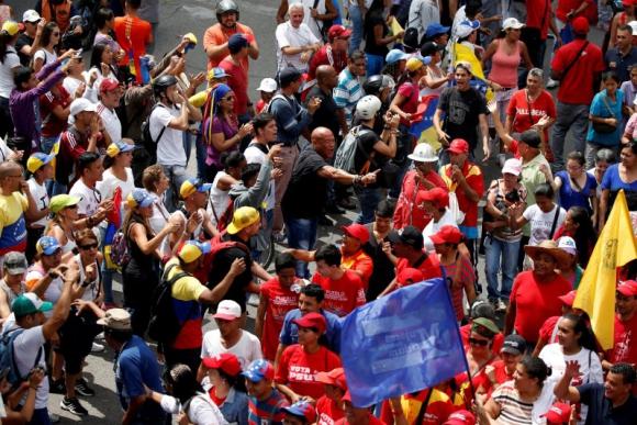 Chavistas y opositores en Caracas. Foto: Reuters.