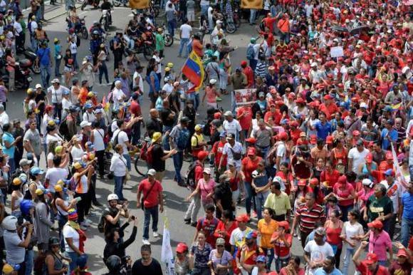 Chavistas y opositores en Caracas. Foto: AFP.