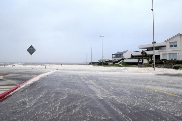 La tormenta en la rambla de Punta del Este. Foto: Ricardo Figueredo