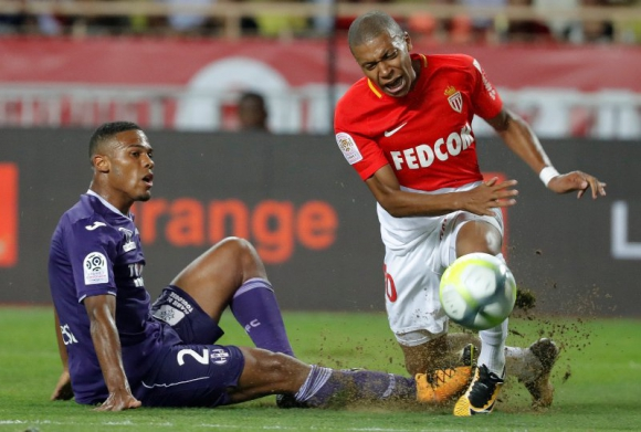 Mbappé se retiró lesionado con un dolor en su rodilla. Foto: Reuters