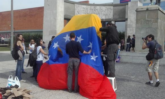 Venezolanos en Uruguay protestan en contra de la Constituyente. Foto: Twitter @NoguezMiguel