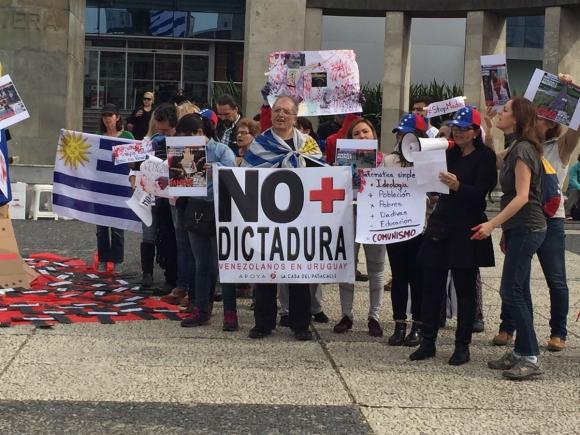 Venezolanos en Uruguay protestan en contra de la Constituyente. Foto: Twitter @Veneguayos