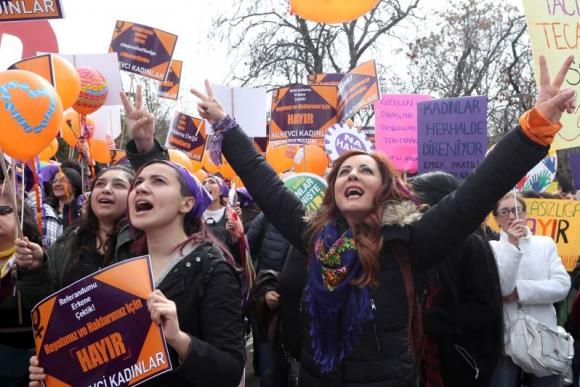 Manifestación por el Día Internacional de la Mujer en Turquía. Foto: AFP.