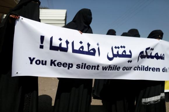 Manifestación por el Día Internacional de la Mujer frente a la sede de la ONU en Yemen. Foto: Reuters.