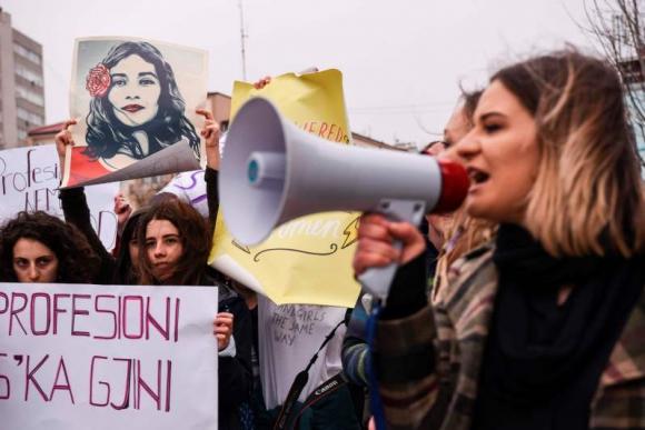 Manifestación por el Día Internacional de la Mujer en Kosovo. Foto: AFP.