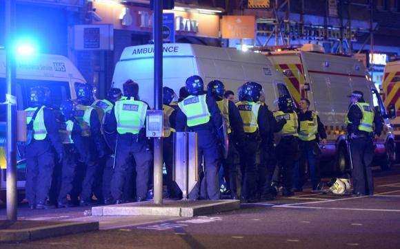 Policías atienden incidentes en Londres. Foto: Reuters