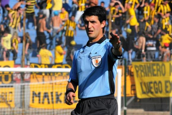 El árbitro Leodán González. Foto: Archivo El País.