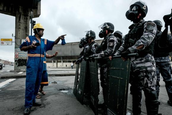 La Policía se enfrentó con los activistas que bloqueaban las calles en Brasil. Foto: AFP