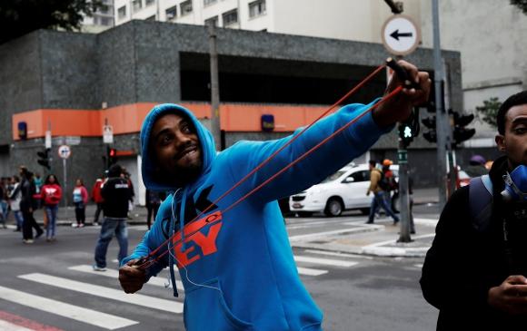 La Policía se enfrentó con los activistas que bloqueaban las calles en Brasil. Foto: Reuters