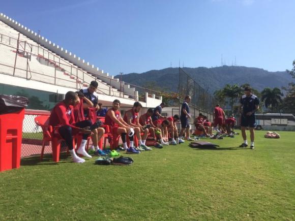 El plantel de Nacional pronto para iniciar el entrenamiento en canchas de Flamengo. Foto: @Nacional