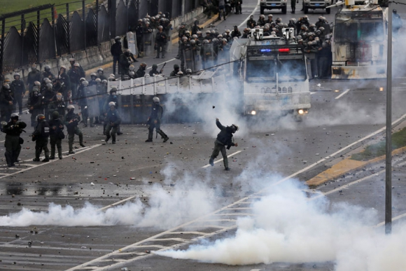Otro muerto: un joven de 17 años murió ayer en Caracas, la víctima 75. Foto: Reuters