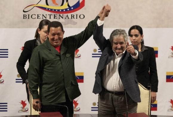 Mujica junto al expresidente, ya fallecido, Hugo Chávez. Foto: Archivo El País