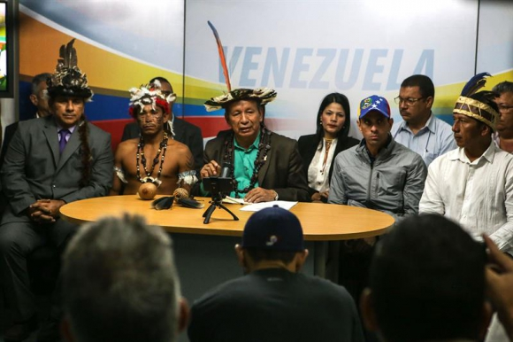 Liborio Guarulla junto a Henrique Capriles. Foto: EFE