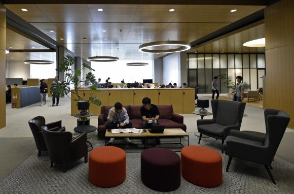 Relax. Los empleados pueden tomarse un descanso en la jornada en alguna de las cómodas y espaciosas salas del complejo. (Foto: EFE)