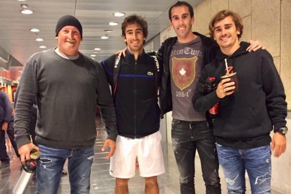 Diego Godín y Antoine Griezmann alentaron a Pablo Cuevas en el Masters 1000. Foto: @AntoGriezmann