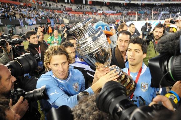 Diego Forlán y Luis Suárez con la Copa América 2011. Foto: Archivo El País