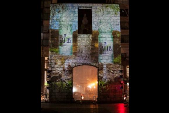 Mapping en la puerta de la ciudadela que mostraba la historia de Salus.