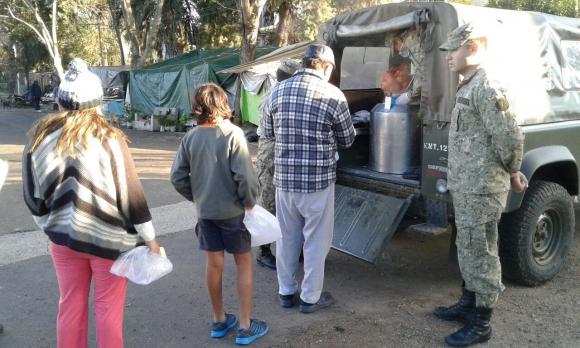 Entregan desayuno a los inundados de Salto. Foto: Luis Pérez