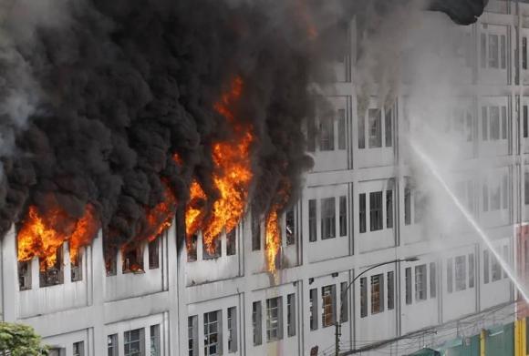 Incendio en shopping de Perú. Foto: EFE