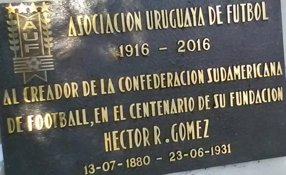 El presidente de Conmebol, Alejandro Domínguez, y el presidente de AUF, Wilmar Valdez, descubrieron una placa a Héctor Rivadavia Gómez. Foto: @AUFOficial
