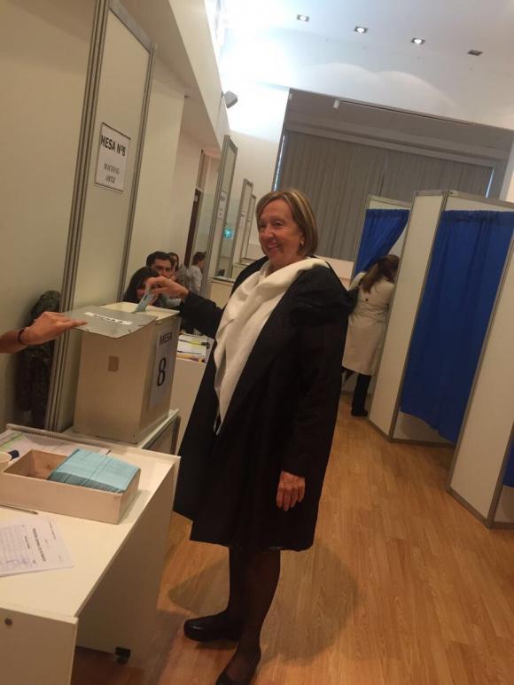 La ministra María Julia Muñoz votando en SMU. Foto: Twitter SMU