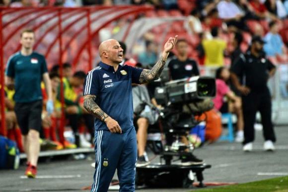 Jorge Sampaoli dando indicaciones en el amistoso ante Singapur. Foto: AFP