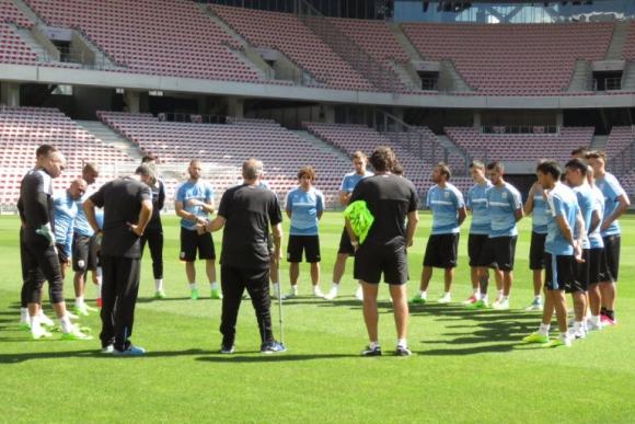 El técnico Tabárez dialoga con los jugadores antes de los trabajos en cancha. Foto: @Uruguay