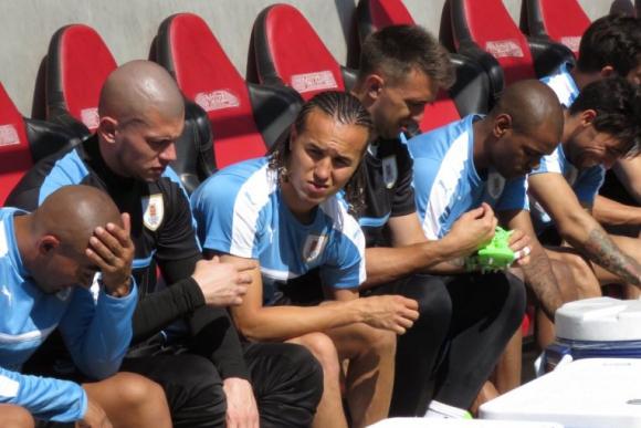 Varios jugadores, entre ellos Muslera, que vuelve, poniéndose los zapatos de fútbol. Foto: @Uruguay