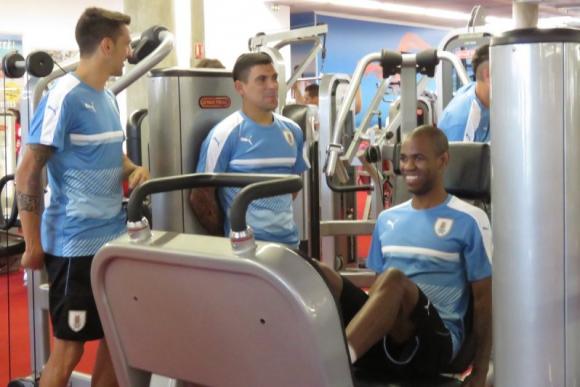 Matías Vecino, Maximiliano Pereira y Diego Rolan trabajando en el gimnasio. Foto: @Uruguay