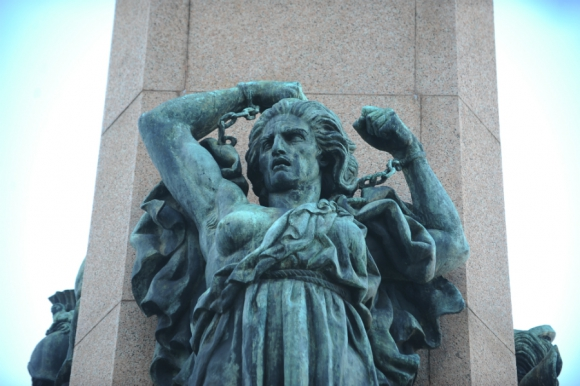 Monumentos de bronce continuarán deteriorándose (Obelisco). Foto: Fernando Ponzetto