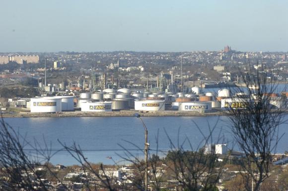 En los trabajos en la refinería participan unos 2000 trabajadores contratados y de Ancap. Foto: Archivo