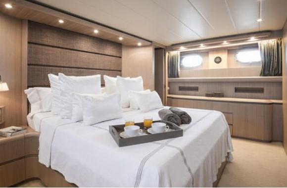 Una suite y tres habitaciones más, cuatro baños y una sala de estar