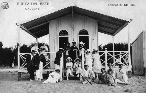 La familia Burmester en la casilla playera de madame Barrere, una fotografía tomada en verano de 1920. Foto: Archivo Diego Fischer