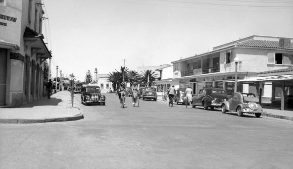 Una imagen de cuando las calles de Punta del Este apenas tenían autos. En esa época las bicicletas eran un vehículo ideal para pasear y trasladarse. Foto: Archivo Diego Fischer