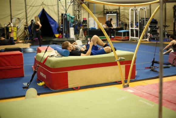 Los artistas descansan en medio del entrenamiento. Foto: Florencia Barre