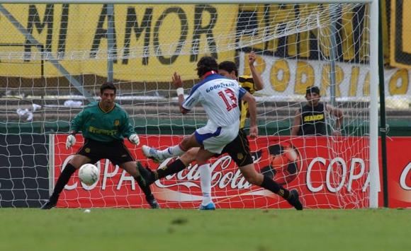 El gol de Sebastián Abreu que selló la remontada 3-2. Foto: Archivo El País.