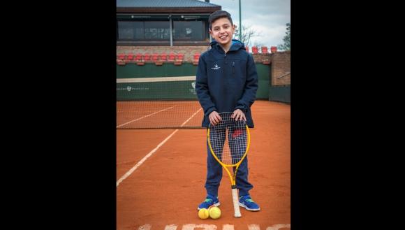 Germán, amante del tenis, logró jugar con Pablo Cuevas. Fue operado dos veces. Foto: Fundación Corazoncitos