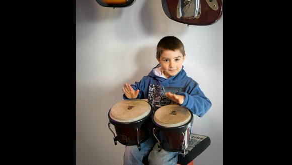 Mathías, de 6 años, cumple su sueño de tocar un instrumento. Foto: Fundación Corazoncitos