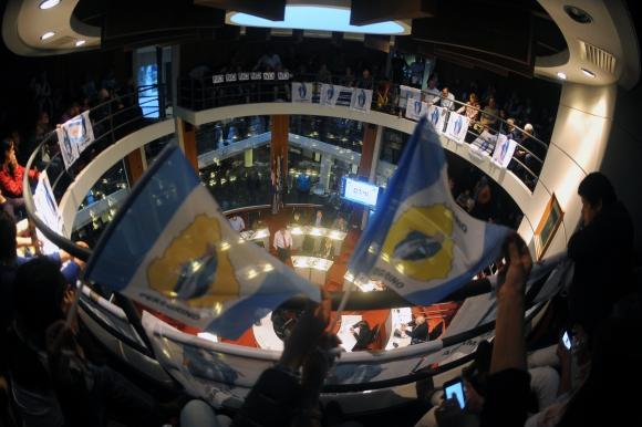 Las barras de la Junta se llenaron de los que estaban a favor y en contra de la instalación de la Virgen. Foto: F. Ponzetto