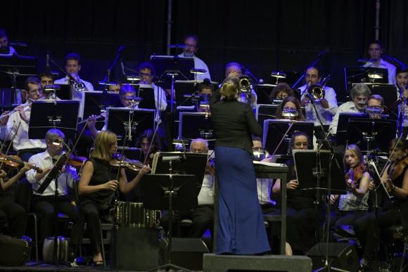 Ligia Amadio, al frente de la Filarmónica la semana pasada en Pocitos. Foto: Fernando Ponzetto