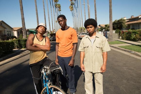 El joven traficante de drogas Franklin Saint, rodeados de sus secuaces.