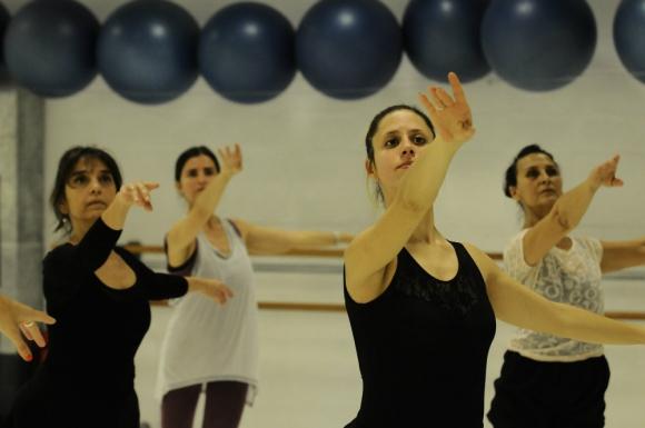 El grupo de adultos de María Riccetto Ballet Studio es variado. Foto: Darwin Borrelli