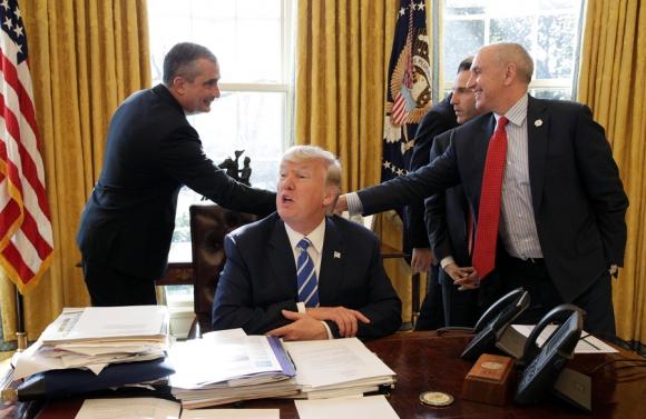 Con comisarios de policías, Trump pintó un panorama alarmante de la delincuencia. Foto: Reuters