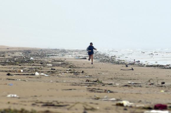 Acumulación de basura en Playa Carrasco. Foto: Fernando Ponzetto
