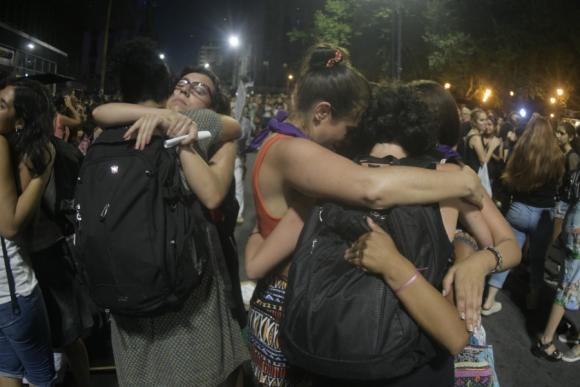 18 de Julio fue escenario de una nueva marcha contra la ola de asesinatos de mujeres. Foto: Fernando Ponzetto