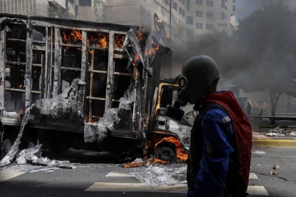 Las protestas callejeras contra Maduro siguieron ayer en Venezuela. Foto: EFE