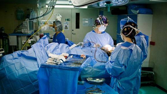 A bordo del Africa Mercy viajan médicos y enfermeros voluntarios.