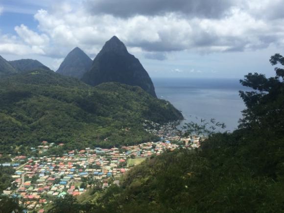 Las montañas Pitons se ven desde casi cualquier punto de Santa Lucía.